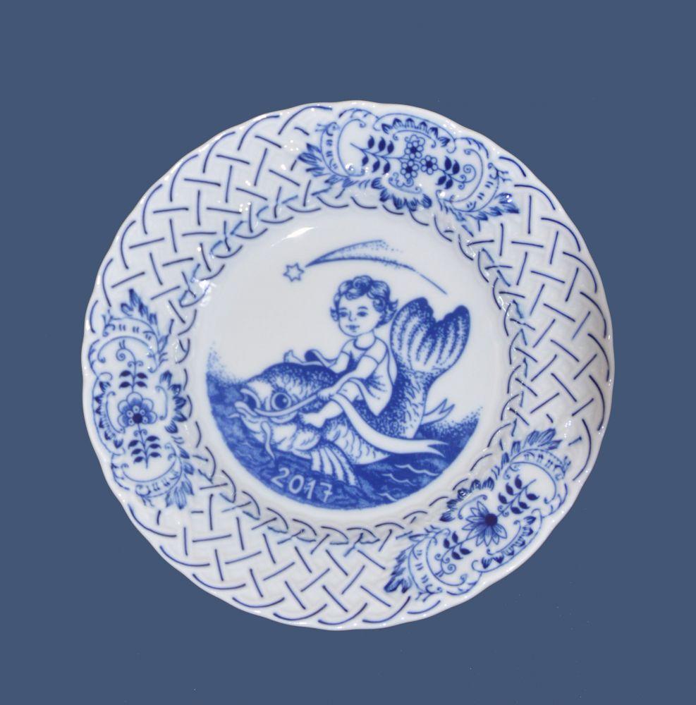 Cibulák tanier závesný reliéfny / výročný 2017 18 cm cibulový porcelán, originálny cibulák Dubí 1. akosť